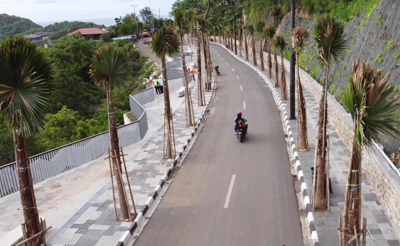 https: img.okezone.com content 2021 01 13 408 2343898 ada-pedestrian-labuan-bajo-makin-cantik-dan-nyaman-buat-wisatawan-ztrIxoCb8v.jpg