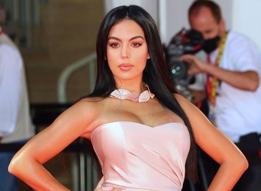 https: img.okezone.com content 2021 01 13 47 2343918 pakai-lingerie-hitam-georgina-rodriguez-tampak-sangat-seksi-gW6mCqUHWJ.jpg