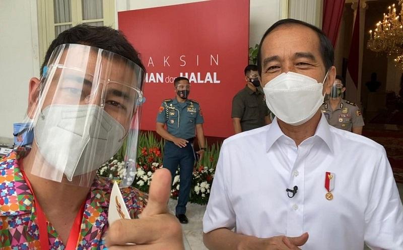 https: img.okezone.com content 2021 01 13 481 2343631 selfie-bareng-presiden-jokowi-usai-divaksin-covid-19-raffi-ahmad-jangan-takut-vaksin-guys-0wjrtn07Z4.jpg