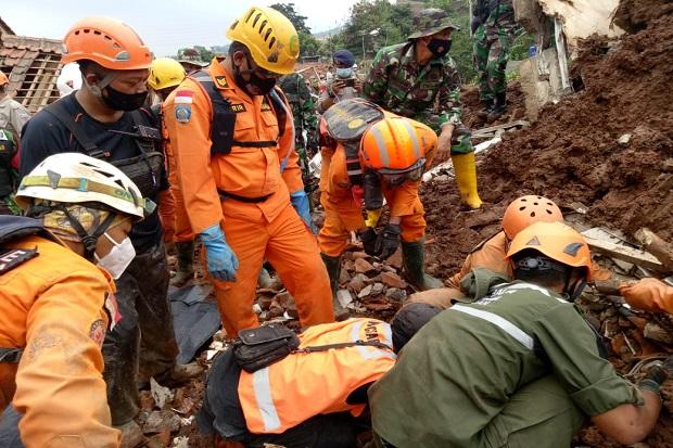 https: img.okezone.com content 2021 01 13 525 2343663 1-korban-longsor-di-sumedang-kembali-ditemukan-total-17-meninggal-qwP3XOaaSx.jpg