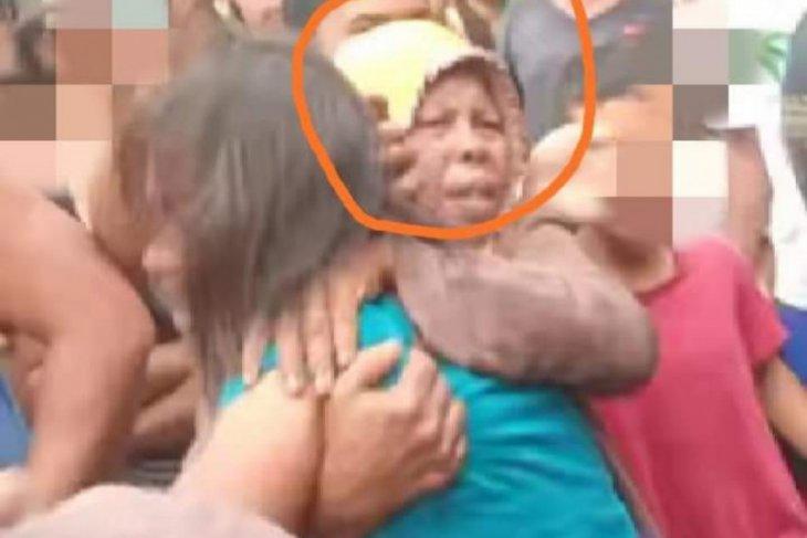 https: img.okezone.com content 2021 01 13 608 2343757 viral-aksi-heroik-emak-emak-selamatkan-penculik-anak-dari-amukan-massa-qKUxSS3Hyr.jpeg
