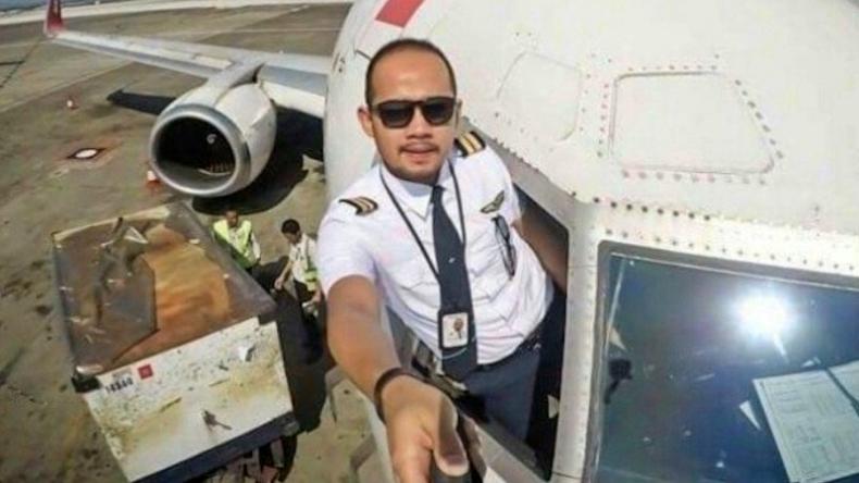 https: img.okezone.com content 2021 01 13 620 2343741 jenazah-co-pilot-fadly-satrianto-korban-sriwijaya-air-dimakamkan-di-surabaya-vF6HKZiIVJ.jpg
