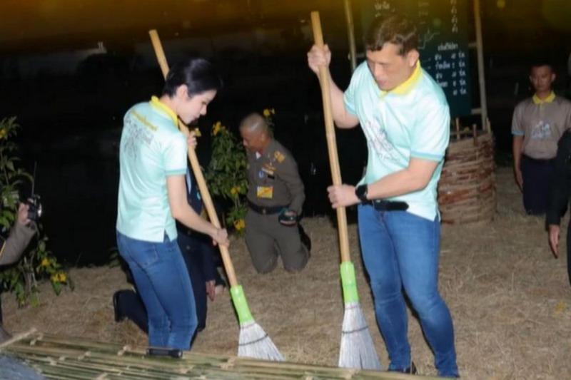 https: img.okezone.com content 2021 01 14 18 2344503 kunjungi-penjara-raja-thailand-dan-permaisuri-menyapu-lantai-U9tqtnuY9m.jpg