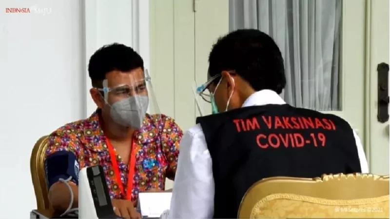 https: img.okezone.com content 2021 01 14 33 2344396 pascasuntik-perdana-raffi-ahmad-dapat-jatah-vaksin-covid-19-lagi-DtHwyXDrm8.jpg