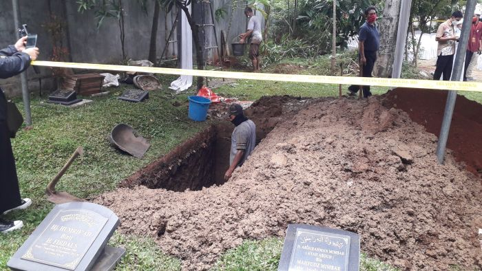 https: img.okezone.com content 2021 01 14 337 2344430 syekh-ali-jaber-dimakamkan-di-pemakaman-keluarga-ustadz-yusuf-mansur-u1hjuA5NTG.jpg