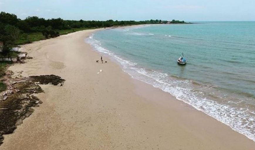 https: img.okezone.com content 2021 01 14 408 2344477 5-pantai-cantik-di-madura-gak-kalah-dengan-bali-IlDwd0l5Zu.JPG