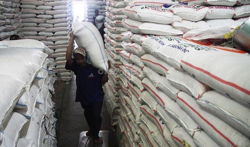 https: img.okezone.com content 2021 01 15 320 2344984 merugikan-lagi-surplus-tapi-300-ton-beras-impor-masuk-pasar-induk-cipinang-pMvZ8jpK5n.jpg