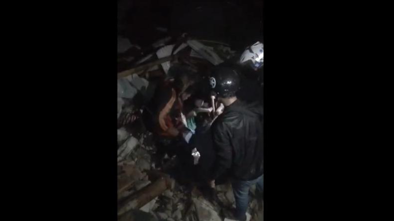 https: img.okezone.com content 2021 01 15 340 2344729 gempa-m-6-2-guncang-majene-bocah-perempuan-terjebak-di-reruntuhan-rumah-dan-minta-tolong-ZfmazHnd96.jpg