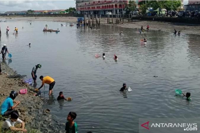 https: img.okezone.com content 2021 01 15 340 2344745 warga-baubau-dihebohkan-munculnya-ribuan-ikan-ke-permukaan-sungai-UZHbScNl4D.jpg