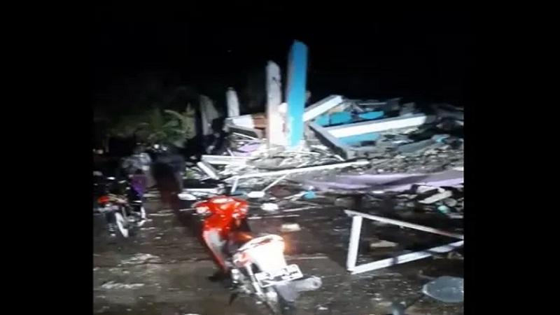 https: img.okezone.com content 2021 01 15 340 2344838 bnpb-4-meninggal-dunia-akibat-gempa-bumi-6-2-sr-di-majene-3LIJ9VwVlE.jpg