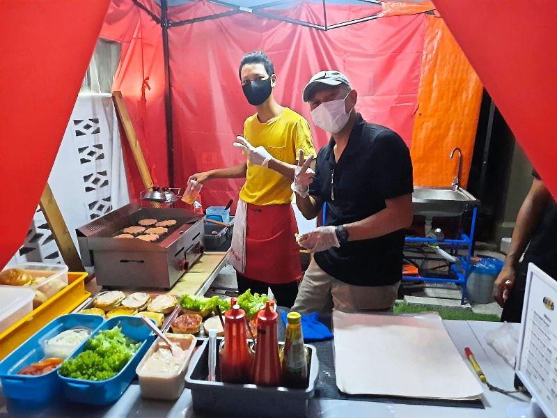 https: img.okezone.com content 2021 01 15 406 2345149 kisah-pramugara-jualan-burger-demi-menghidupi-keluarga-di-tengah-corona-tujwlGbaRE.jpg