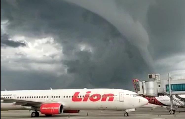 https: img.okezone.com content 2021 01 15 510 2345113 viral-awan-arcus-menggantung-di-atas-bandara-internasional-yogyakarta-yulJOYCwny.jpg