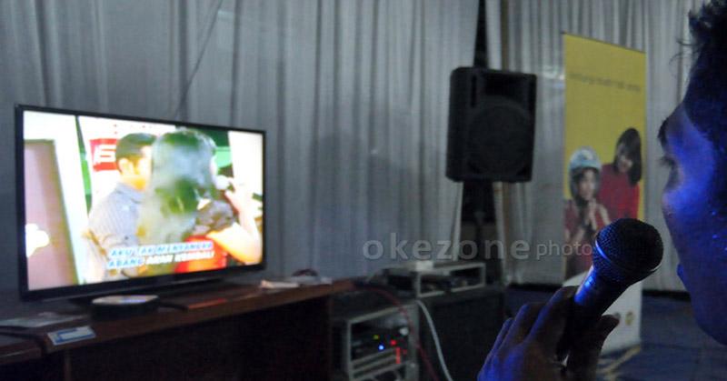 https: img.okezone.com content 2021 01 15 512 2345072 di-tengah-ppkm-asn-berseragam-batik-asyik-karaokean-bersama-wanita-U7zLd7Kku3.jpg