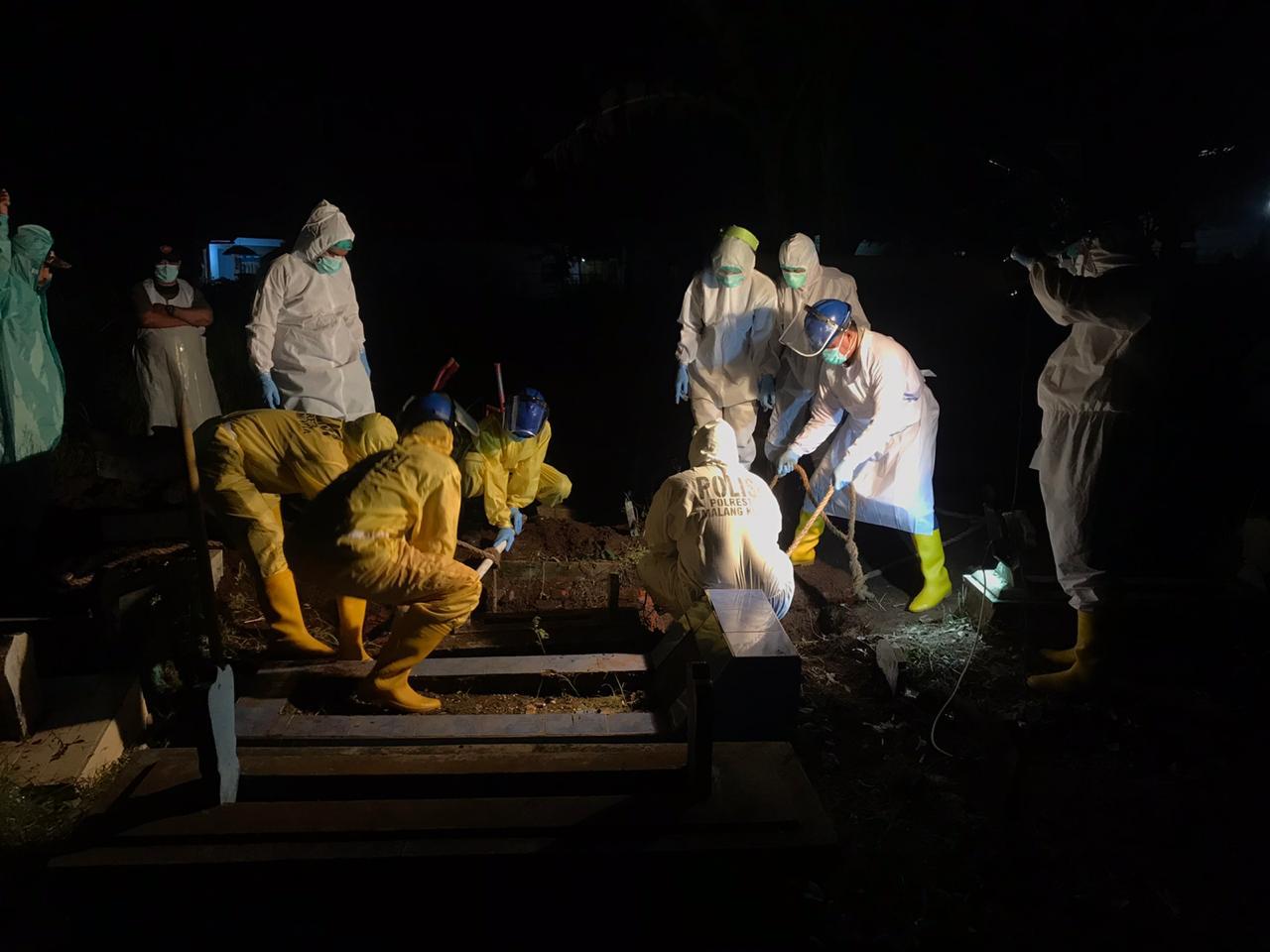 https: img.okezone.com content 2021 01 15 519 2344961 curhat-relawan-pemulasaran-jenazah-covid-19-pernah-dilempar-sampah-oleh-warga-C2sRY5dA1Q.jpg