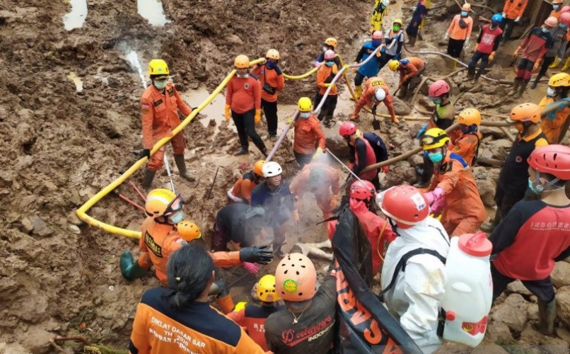 https: img.okezone.com content 2021 01 15 525 2344683 bantuan-korban-longsor-sumedang-mulai-berdatangan-KEZv9VJ8FI.jpg