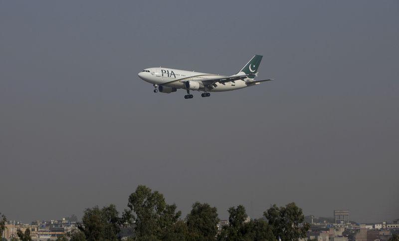 https: img.okezone.com content 2021 01 16 18 2345411 pesawat-maskapai-pakistan-langsung-disita-begitu-mendarat-di-malaysia-ada-apa-WjbHe4p2mi.jpg