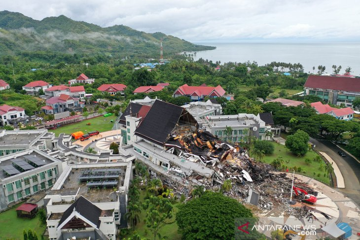 https: img.okezone.com content 2021 01 16 340 2345452 begini-penampakan-dampak-gempa-majene-Br6w8vPRDV.jpg
