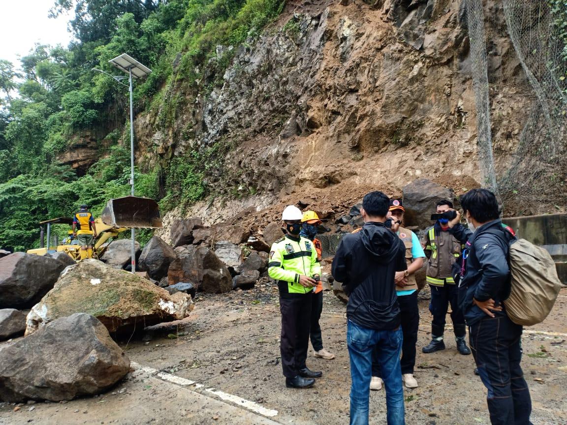 https: img.okezone.com content 2021 01 16 340 2345514 tanah-longsor-tutup-jalan-trans-sulawesi-akibat-gempa-sulbar-T9d38gGyIv.jpg