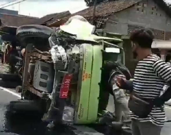 https: img.okezone.com content 2021 01 16 512 2345555 kecelakaan-maut-truk-sampah-vs-truk-tronton-di-semarang-3-tewas-di-tempat-xZe3dXiKXG.jpg