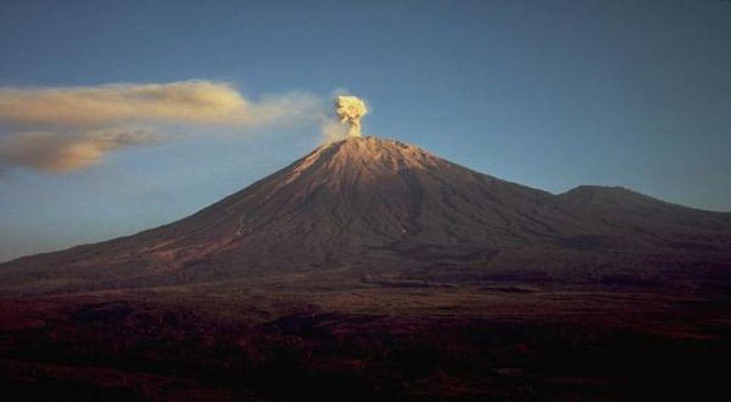 https: img.okezone.com content 2021 01 16 519 2345617 gunung-semeru-meletus-muntahkan-awan-panas-sejauh-4-5-km-N31Li779Bs.jpg