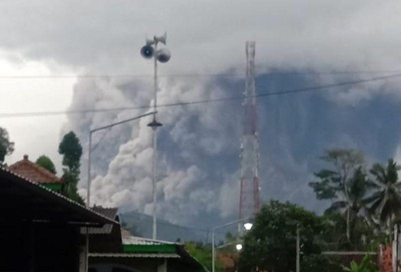 https: img.okezone.com content 2021 01 16 519 2345634 luncurkan-awan-panas-guguran-status-gunung-semeru-waspada-level-ii-XQmkDAqs7V.jpg