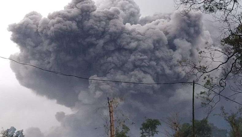 https: img.okezone.com content 2021 01 16 519 2345635 awas-luncuran-awan-panas-dan-lahar-semeru-mengarah-ke-wilayah-ini-x8w79nipIj.jpg