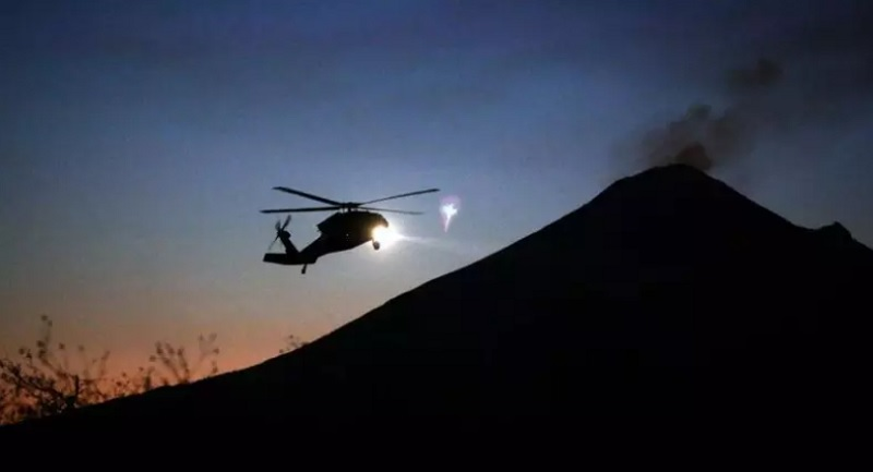 https: img.okezone.com content 2021 01 17 18 2345913 helikopter-jatuh-saat-buru-pemberontak-kolonel-au-dan-6-lainnya-tewas-Nbk35UM5A9.jpg