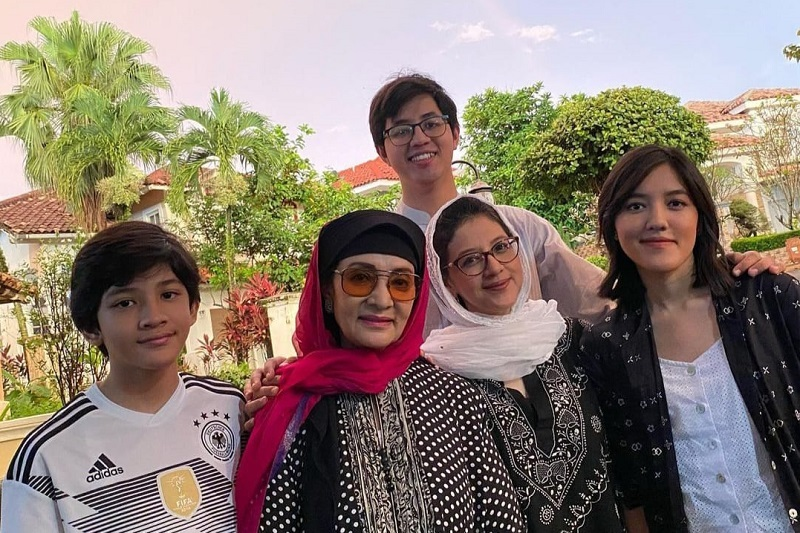 https: img.okezone.com content 2021 01 17 33 2345825 farida-pasha-berpulang-ify-alyssa-love-you-so-much-ibu-sayang-X37EZBdRtk.jpg