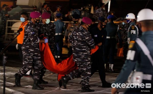 https: img.okezone.com content 2021 01 17 337 2346056 penyelam-evakuasi-korban-sriwijaya-air-bekerja-dengan-hati-dan-hormati-jenazah-dY378VYkql.jpg