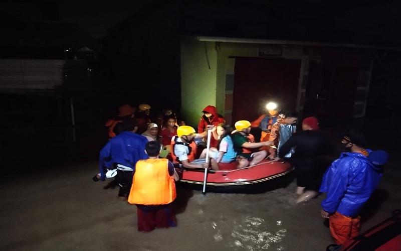 https: img.okezone.com content 2021 01 17 340 2345803 33-kelurahan-di-manado-terdampak-banjir-6-tewas-4oIW1YUTOR.jpg