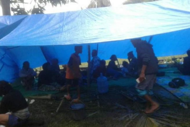 https: img.okezone.com content 2021 01 17 340 2345858 gempa-di-majene-3-800-warga-desa-onang-mengungsi-ke-gunung-K6ZK59wd8z.jpg