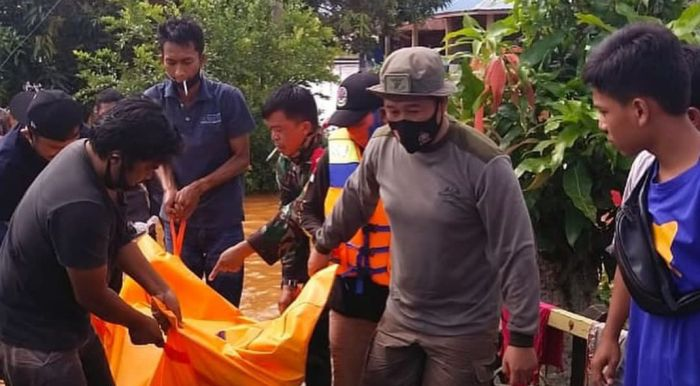 https: img.okezone.com content 2021 01 17 340 2346052 prajurit-korps-marinir-evakuasi-1-mayat-korban-banjir-kalsel-rzaksmvtVR.jpg