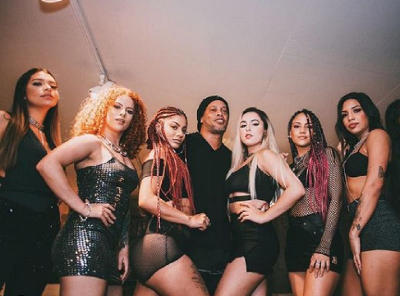 https: img.okezone.com content 2021 01 17 51 2345928 banting-setir-jadi-rapper-ronaldinho-dikelilingi-perempuan-cantik-GG5QWAsU1S.jpg