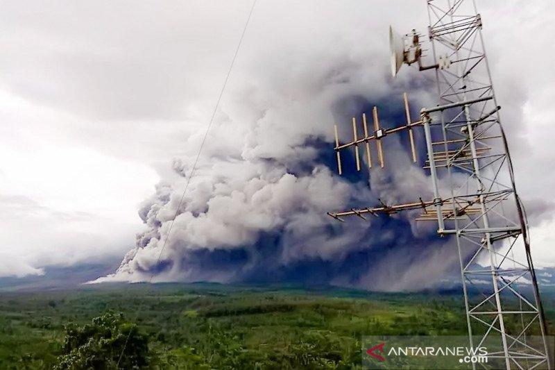 https: img.okezone.com content 2021 01 17 519 2345691 5-kecamatan-di-lumajang-diguyur-hujan-abu-vulkanik-gunung-semeru-zcnsWiZCfT.jpeg