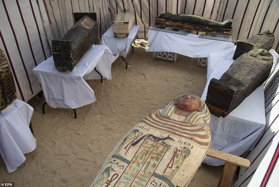 https: img.okezone.com content 2021 01 18 18 2346113 mesir-umumkan-penemuan-kuil-penguburan-kuno-AYI5kESzU0.jpg