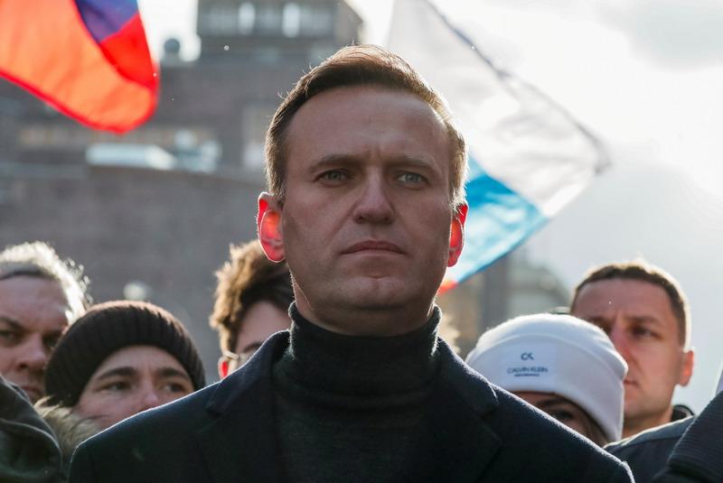 https: img.okezone.com content 2021 01 18 18 2346263 pulang-dari-jerman-politikus-pengkritik-putin-ditangkap-di-bandara-moskow-vMjFqj48Mo.jpg