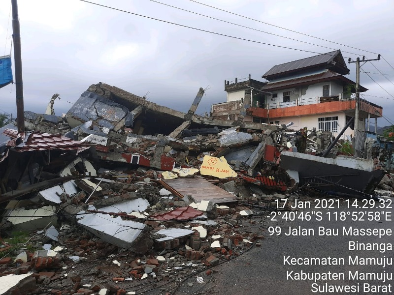https: img.okezone.com content 2021 01 18 337 2346116 81-orang-meninggal-akibat-gempa-m6-2-di-sulawesi-barat-nEZx0WQFfV.jpg