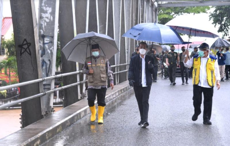 https: img.okezone.com content 2021 01 18 337 2346429 di-bawah-guyuran-hujan-jokowi-jalan-kaki-cek-lokasi-banjir-di-kalsel-FrUmea7cI2.jpg