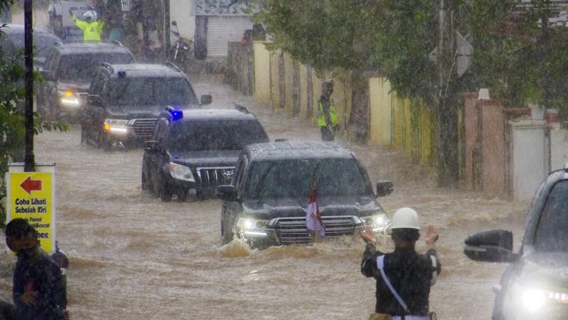 https: img.okezone.com content 2021 01 18 337 2346618 rombongan-jokowi-terobos-genangan-tinggi-banjir-di-kalsel-ini-kata-istana-AS7Z1QAMgz.jpg