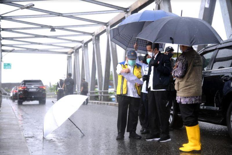 https: img.okezone.com content 2021 01 18 337 2346619 jokowi-pastikan-banjir-kalsel-akibat-luapan-sungai-barito-smqI8VOwLx.jpg