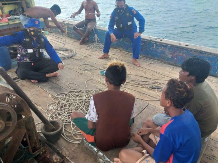 https: img.okezone.com content 2021 01 18 340 2346073 perahu-nelayan-dihantam-ombak-5-orang-selamat-dan-1-hilang-p4cPjRx1a6.jpg