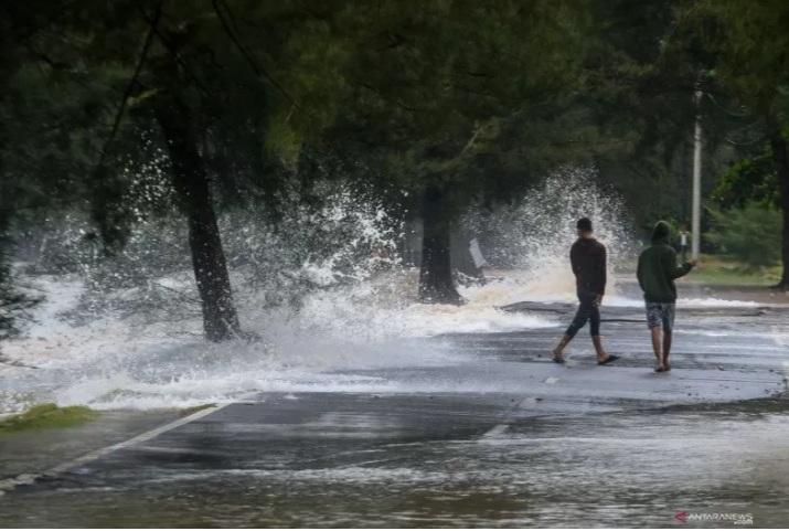 https: img.okezone.com content 2021 01 18 340 2346144 banjir-pesisir-manado-disebabkan-gelombang-tinggi-dan-pasang-air-laut-QDz1U8IlGa.jpg