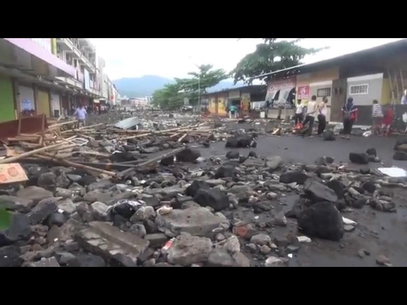 https: img.okezone.com content 2021 01 18 340 2346187 28-rumah-makan-di-pesisir-pantai-manado-hancur-dihantam-gelombang-tinggi-ARUjdoFUW5.jpg