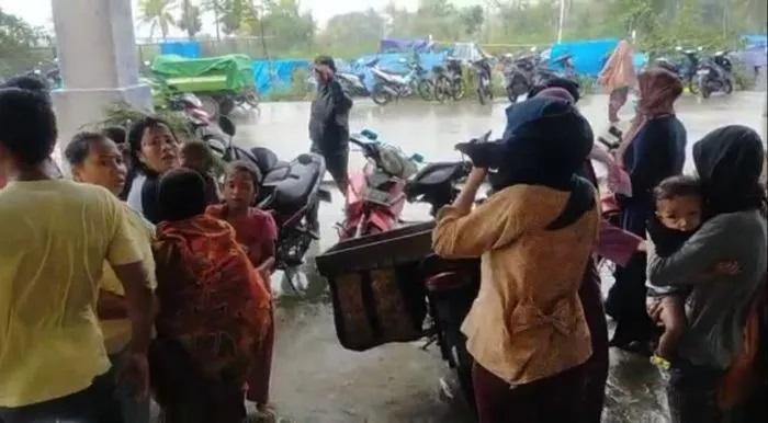 https: img.okezone.com content 2021 01 18 340 2346196 19-435-orang-mengungsi-pascagempa-magnitudo-6-2-sulbar-6gOHAh0HUU.jpg