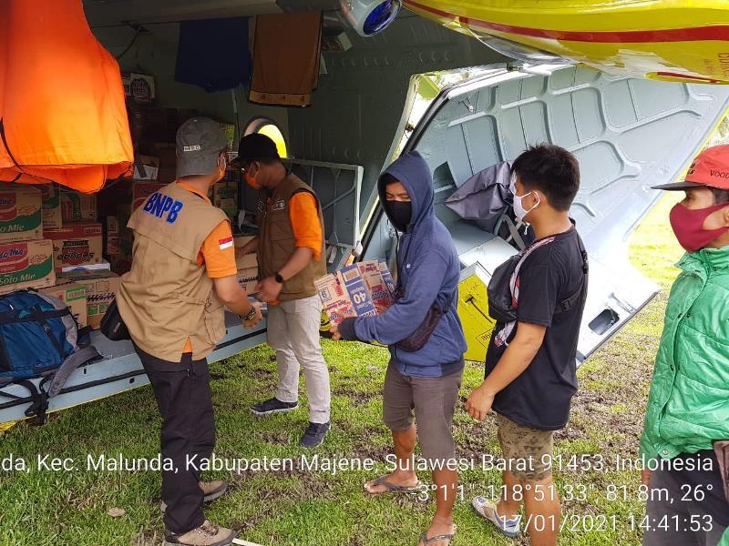 https: img.okezone.com content 2021 01 18 340 2346205 gempa-m6-2-sulbar-bnpb-salurkan-bantuan-untuk-korban-pakai-helikopter-330U36Rvps.jpg