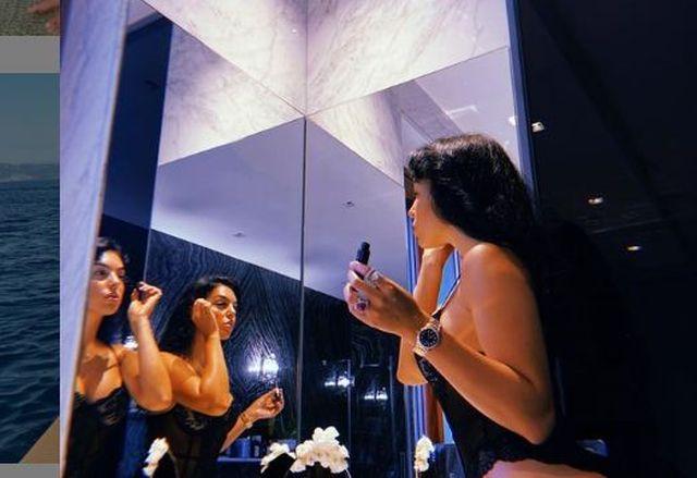 https: img.okezone.com content 2021 01 18 51 2346563 georgina-rodridguez-tampil-gahar-dan-seksi-dalam-balutan-bikini-motif-harimau-wANnYLDAYw.JPG