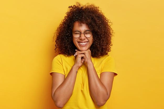 https: img.okezone.com content 2021 01 18 611 2346168 7-cara-rawat-rambut-keriting-supaya-tetap-sehat-dan-berkilau-rxy4YZdC4c.jpg