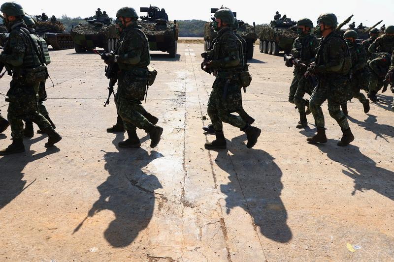 https: img.okezone.com content 2021 01 19 18 2346942 bersiap-hadapi-serangan-china-taiwan-gelar-latihan-perang-dengan-tank-dan-mortir-9iHL13dFoZ.jpg