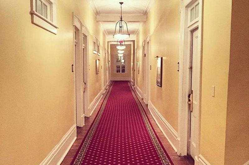 https: img.okezone.com content 2021 01 19 406 2347131 merinding-5-hotel-berhantu-ini-punya-kisah-nyata-MwENbcrOrT.jpg
