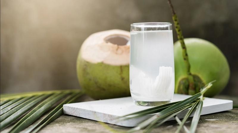https: img.okezone.com content 2021 01 19 481 2346759 5-manfaat-minum-air-kelapa-bisa-turunkan-berat-badan-hingga-usir-jerawat-pJWs32Xm24.jpg